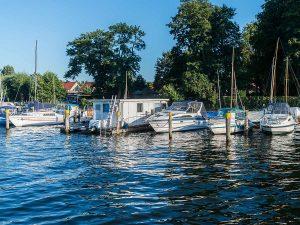 Hafenbüro auf dem Steg der Lechler Bootsstände & Fischerei
