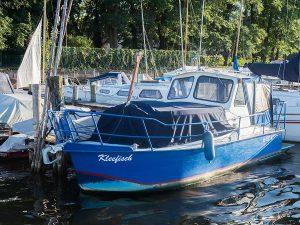 Fischerboot am Anleger der Lechler Bootsstände & Fischerei