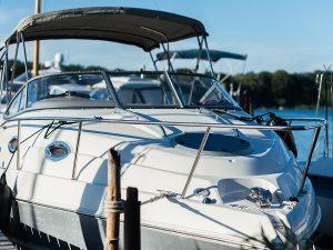 eine Yacht am Anleger der Lechler Bootsstände & Fischerei