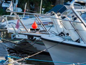 Bugspitzen angelegter Boote bei Lechler Bootsstände & Fischerei